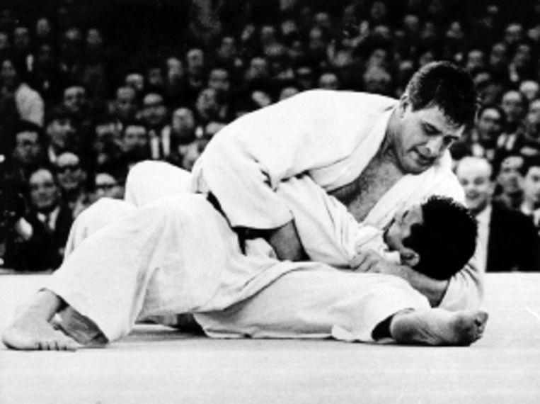 Anton Geesink als olympisch kampioen: in 1964 verslaat hij de Japanner Kaminaga. Anton Geesink als IOC-lid. (FOTO'S ANP) Beeld
