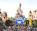 Main Street in Disneyland Parijs, met op de achtergrond het kasteel van Doornroosje. Het park staat dit jaar in het teken van het 25-jarig bestaan.