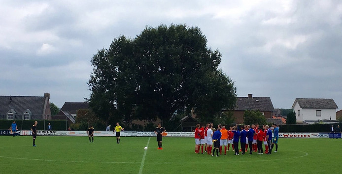 Maikel Albers van Rood Wit is voor duel met FC Winterswijk gehuldigd voor zijn 250ste duel bij de Groesbeekse club. Verdediger is bezig aan zijn tiende seizoen bij de tweedeklasser.