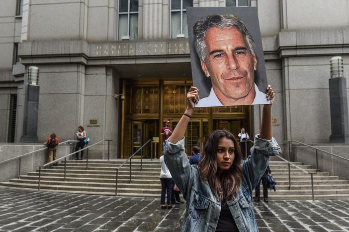 Een vrouw protesteert tegen Epstein.