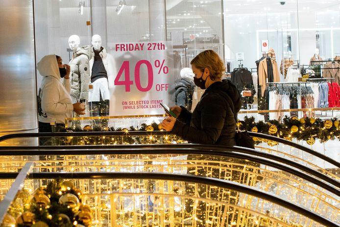Black Friday-promotie in een kledingwinkel in Manhattan, New York.