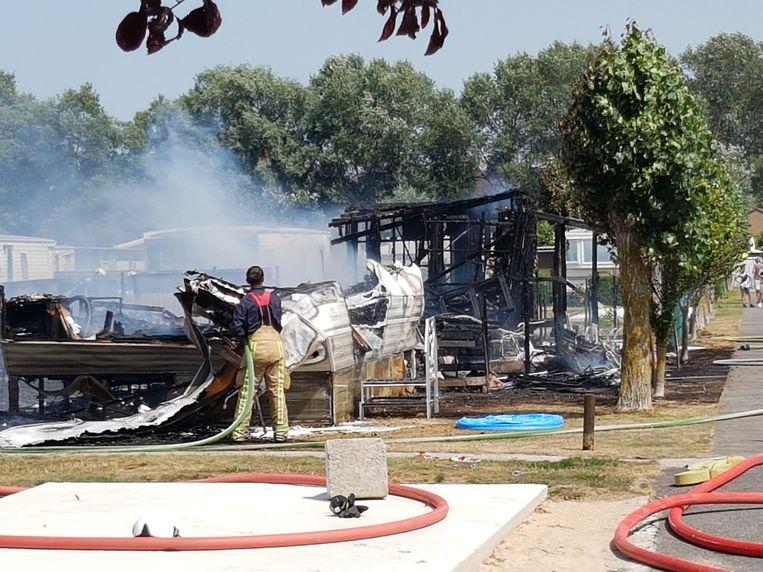 De drie bungalows brandden volledig uit.