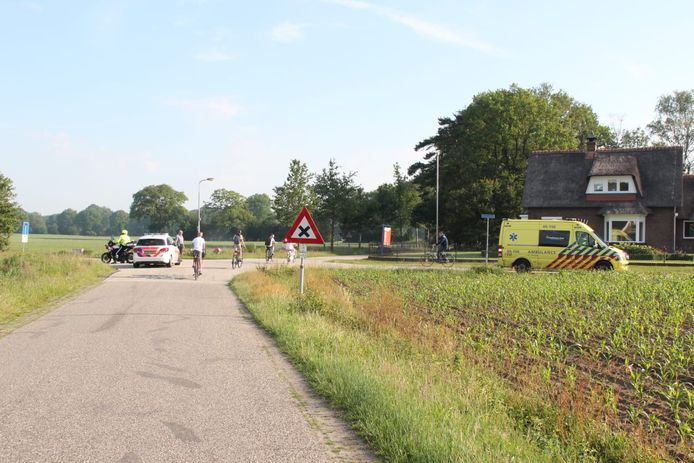 De vrouw ging onderuit op de kruising van de Morsweg met de Dennenweg.
