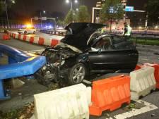 Auto vliegt uit bocht op Amerikaweg, bestuurder gewond