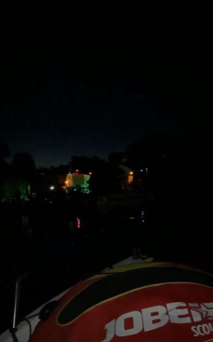 Jongeren in tientallen bootjes vierden zaterdagnacht illegaal feest op het Giethoornsche meer.