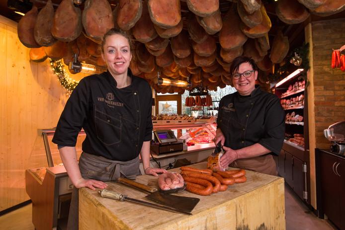 Eva van Broekhuizen (links) en Ellen Pieper-Hoekjan in de nieuwe slagerij in Balkbrug.