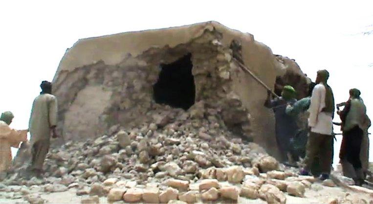 Islamistische militanten vernietigen in 2012 een oud heiligdom in Timboektoe. Beeld afp