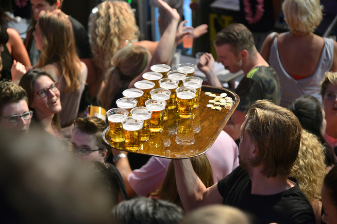 Veel bier tijdens de Vierdaagsefeesten.