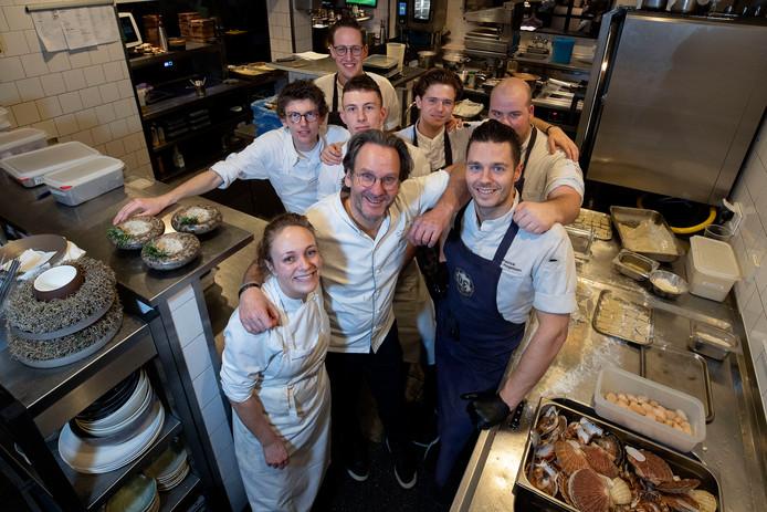 Chef-Kok Dick Middelweerd omringd door collega's in de keuken van De Treeswijkhoeve in Waalre.