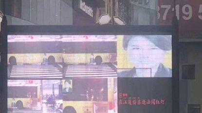 Chinese op reclameaffiche verkeerdelijk aanzien voor roodloper, wordt zo onterecht aan digitale schandpaal genageld