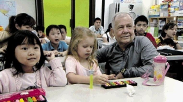 Speculant Jim Rogers (foto links) en business-student Alexander Cheng (foto rechts) in groei-economie Singapore. Beiden zijn ervan overtuigd dat de toekomst in Azië ligt. Rogers wil daarom dat zijn vijfjarige dochter vloeiend Mandarijn spreekt en doordrenkt is van de Aziatische cultuur. (STILLS UIT 'TEGENLICHT') Beeld