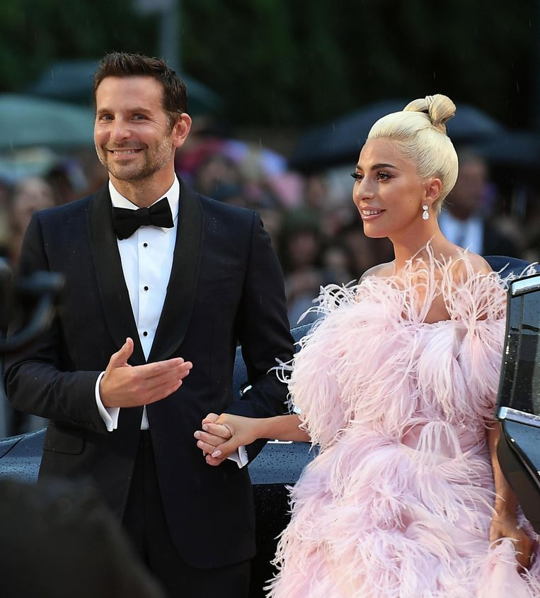 Debuterend regisseur Bradley Cooper hand in hand met tegenspeelster Lady Gaga. Beeld EPA