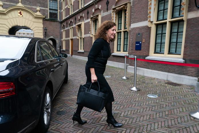 Minister Ingrid van Engelshoven komt aan op het Binnenhof in Den Haag.