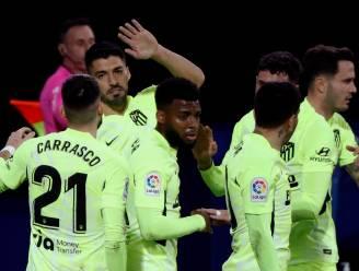 Eibar-doelman scoort vanop de stip na overtreding Carrasco, maar Suárez redt de meubelen voor Atlético