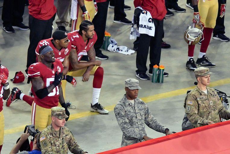 Colin Kapernick en Eric Reid knielden tijdens het Amerikaanse volkslied.