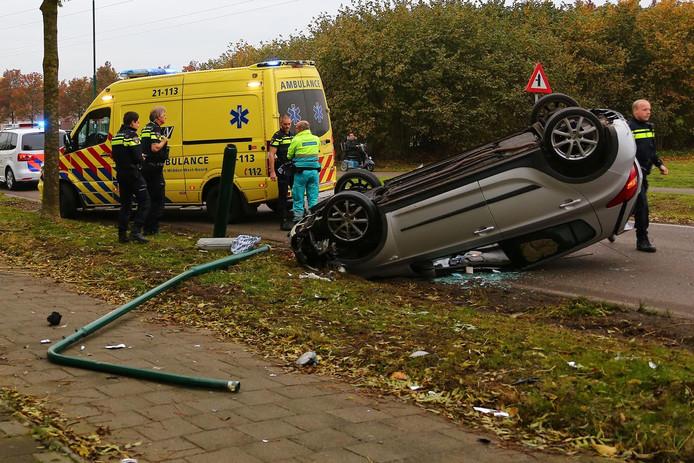 De auto belandde ondersteboven op het wegdek.