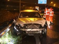 Automobilisten op A4 zien BMW tegen lantaarnpaal rijden en knallen door schrikreactie op elkaar