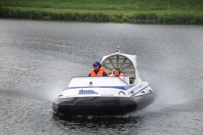 Waterschap Rivierenland gebruikte een hovercraft om het eiland bij Kinderdijk in te zaaien met lisdodde. Het zaad werd in de propeller gegooid, waarna de bladeren het zaad over het land spoten.