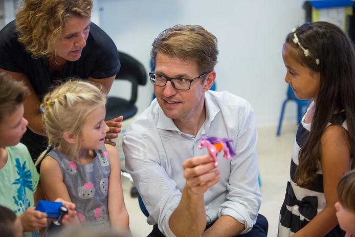 Staatssecretaris Sander Dekker (Onderwijs) tijdens zijn bezoek aan leerlingen van de Willem Alexanderschool.
