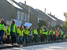 Leraren- en leerlingenprotest op landelijke actiedag in Nieuwleusen: met potten en pannen de straat op