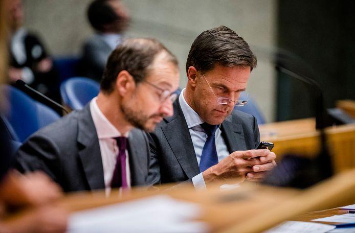 Minister Eric Wiebes van Economische Zaken en Klimaat (VVD) en premier Mark Rutte tijdens een debat over de doorrekening van het Klimaatakkoord.