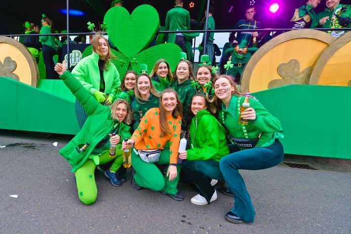 Deze deelnemers aan de optocht in Mierlo-Hout hebben zin in een feestje.