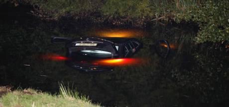 Inzittende van te water geraakte auto onderkoeld naar ziekenhuis