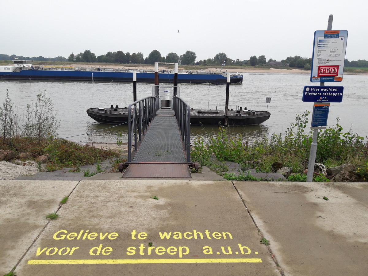 Het afmeerponton aan Beuningse zijde, schuin aan de overkant die aan Slijk-Ewijkse kant. De waterstand is 1 meter te laag om het fiets- en voetveertje bij het ponton te kunnen laten komen.