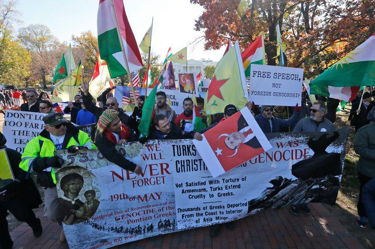 Demonstranten verzamelden zich buiten voor het Witte Huis om te protesteren tegen Erdogans bezoek.