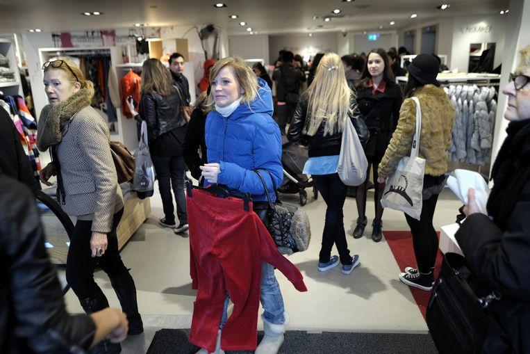 Klanten winkelen in de H&M in Amsterdam Beeld null