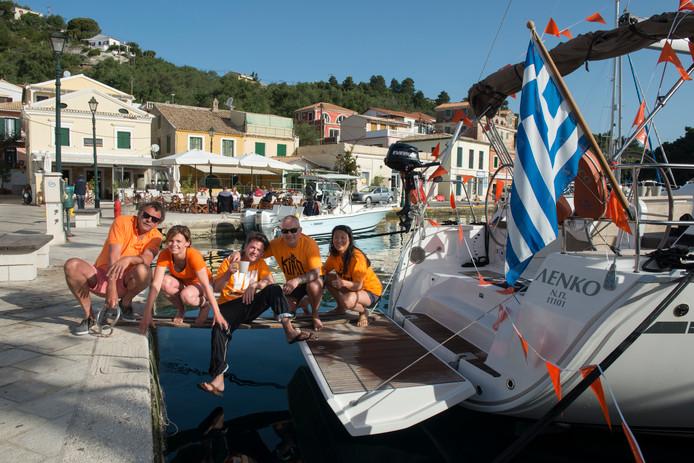 Nederlanders op een zeilboot in Griekenland vieren Koningsdag. Bij de Grieken kunnen we wel een potje breken.