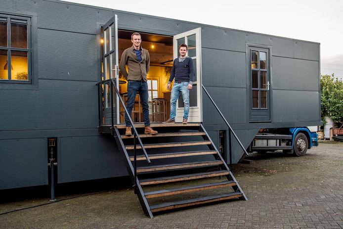 Gertjan Dhondt (links) en Jan Ketelaars bouwden veertien maanden aan hun Pop Up Café.