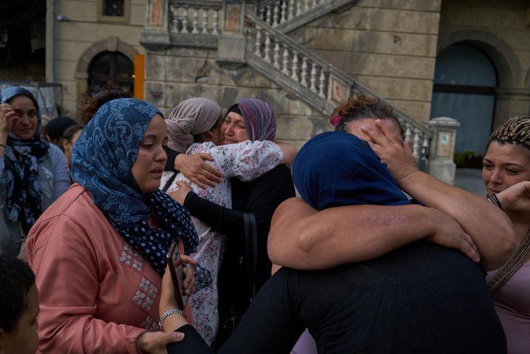 Mensen uit de moslimgemeenschap in Ripoll komen samen op een plein om te rouwen om de jongeren die de aanslag in Barcelona pleegden. Beeld Samuel Aranda / de Volkskrant