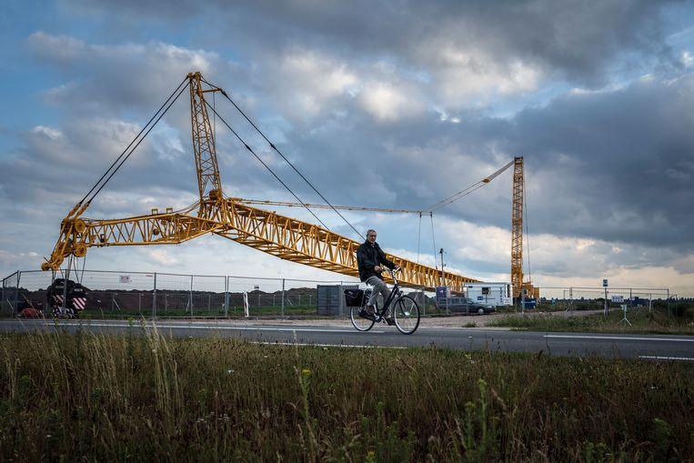 De beveiligde bouwplaats van de eerste bouwlokatie van windmolens Windpark Drentse Monden. De windboeren moeten hun molens beschermen tegen de 'windterroristen'.  Beeld Reyer Boxem