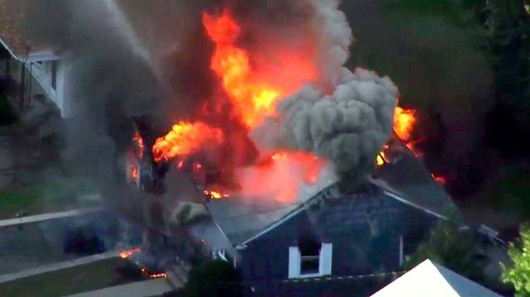 Brandweerlieden bestrijden het vuur in een huis in Lawrence.