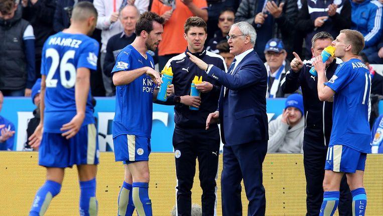 Leicester-coach Claudio Raineri met zijn spelers. Beeld epa