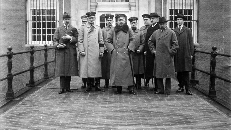 Wilhelm II met zijn gevolg bij zijn aankomst in Kasteel Amerongen, op 11 november 1918. Beeld null