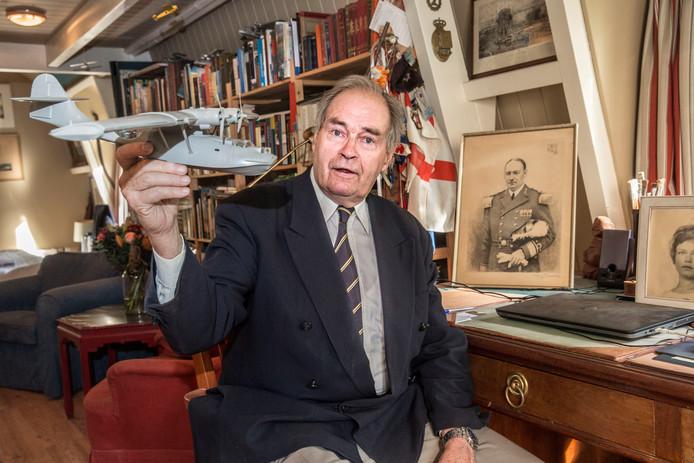 Theo Doorman met het model van het toestel waarin hij voor de Japanners vluchtte.
