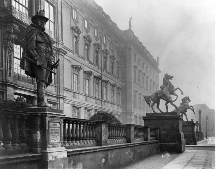 Het beeld van prins Maurits in 1905 bij het paleis in Berlijn.l