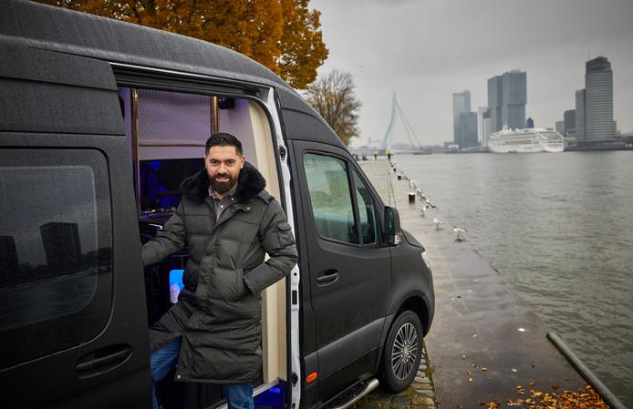 Serdar Tetik heeft een luxe kapsalon in een bus