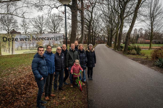 Bewoners in de buurt van de Beekstraat in Nuenen protesteren tegen de komst van een Bed & Breakfast in de wijk. Helemaal rechts buurtbewoonster Annemiek Holthuis.