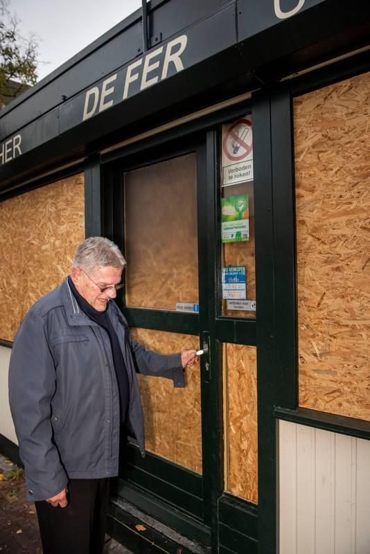 Fer Vertrepen van cafetaria de Fer doet de deur op slot van de friettent waar hij bijna zestig jaar heeft gestaan.
