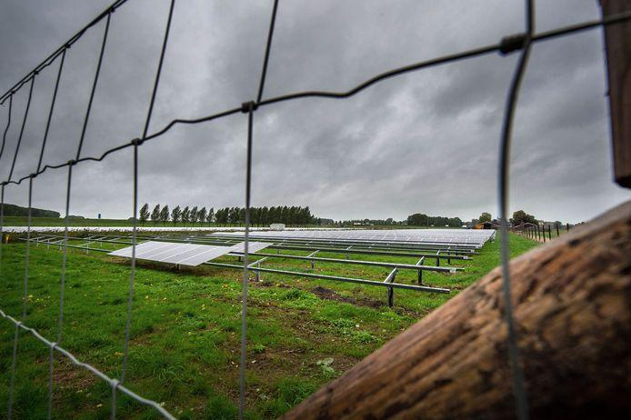 Lege rekken op het meest westelijk gelegen zonnepark bij Beneden-Leeuwen.