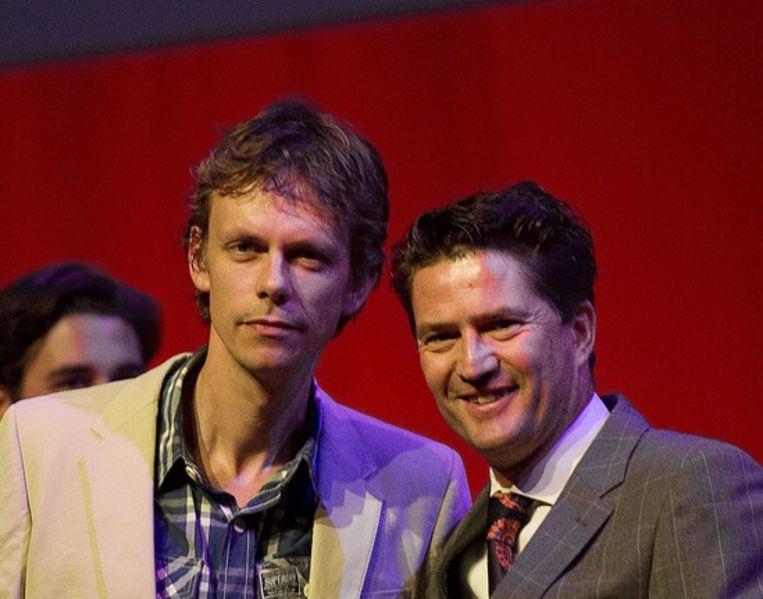 Fotograaf Rob Hornstra (L) met Michiel Munnike, directeur van World Press Photo, tijdens de uitreiking van de fotoprijzen in Amsterdam Beeld ANP