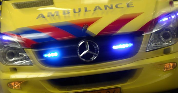 Ambulances met sirenes en zwaailichten mogen maximaal 40 kilometer harder dan andere voertuigen