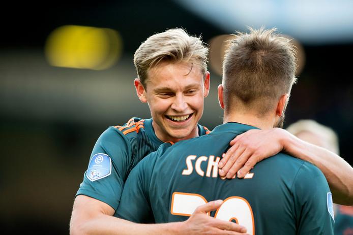 Lasse Schone heeft de 1-0 voor Ajax gescoord en viert dit met Frenkie de Jong.