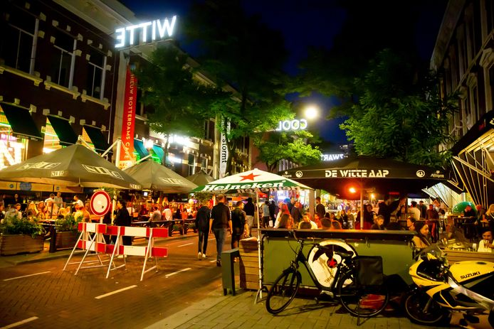 De terrassen bij NRC Cafe en de Witte Aap in de Witte de Withstraat zijn dels overdekt. De gemeente is akkoord met winterterrassen.