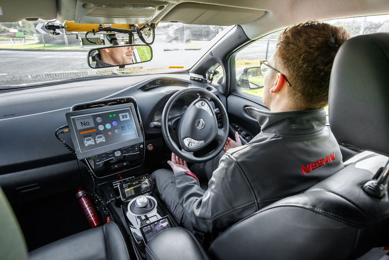 De autonome Nissan LEAF is van heel wat computers, extra beeldschermen, radars en sensoren voorzien.