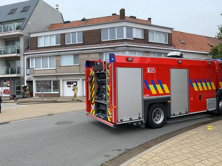 Brand in de Fritz Vinckelaan in Bredene. De politie bluste het vuur in afwachting van de brandweer.