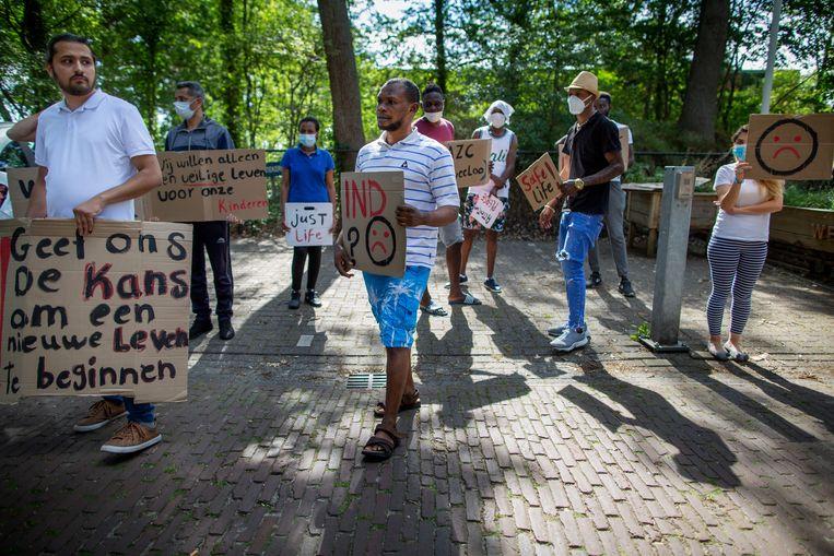 Protesterende asielzoekers op de toegangsweg naar het azc in Zweeloo. Beeld Herman Engbers